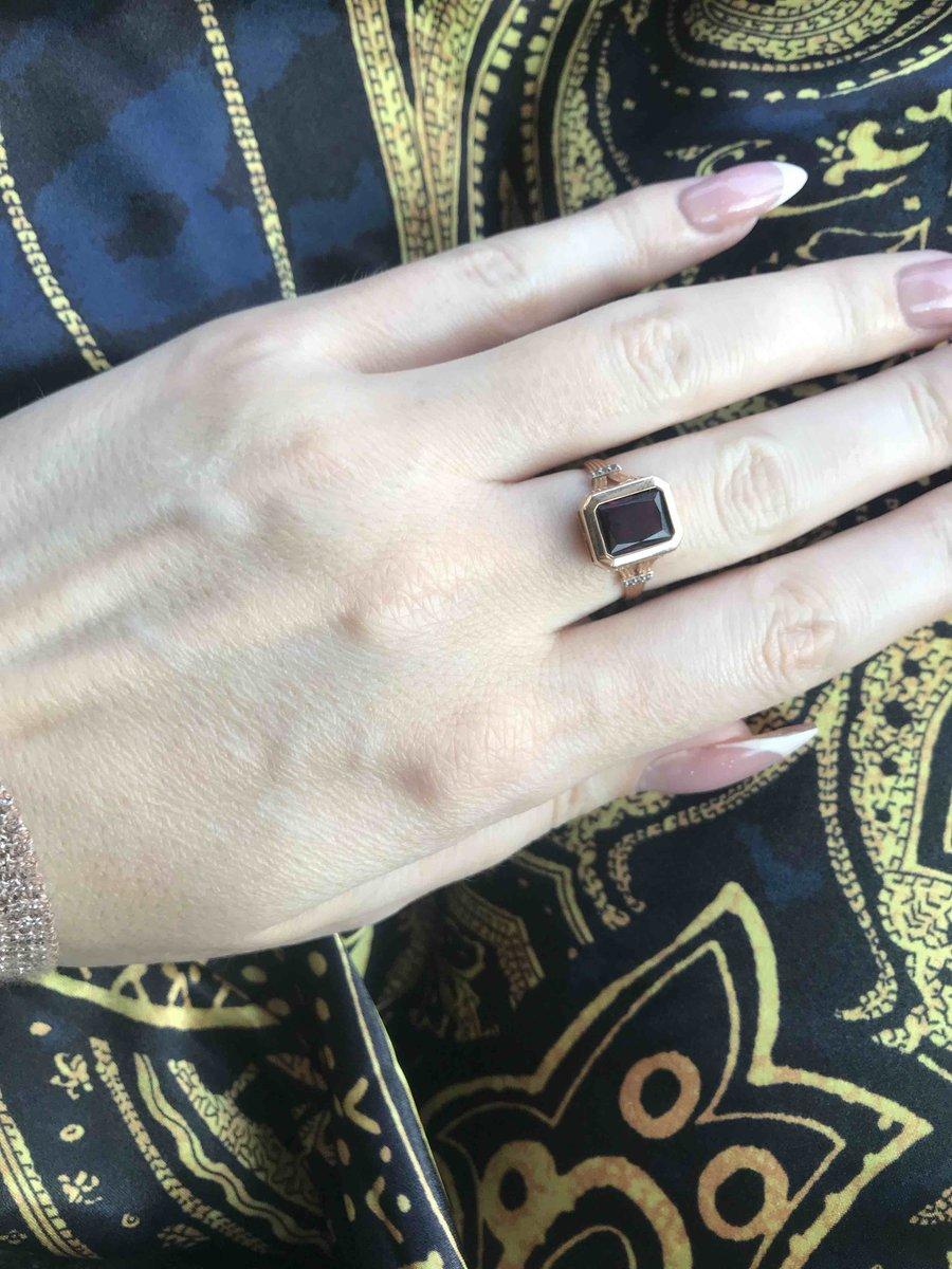 Прекрасное кольцо с гранатом  фианитами будет радовать