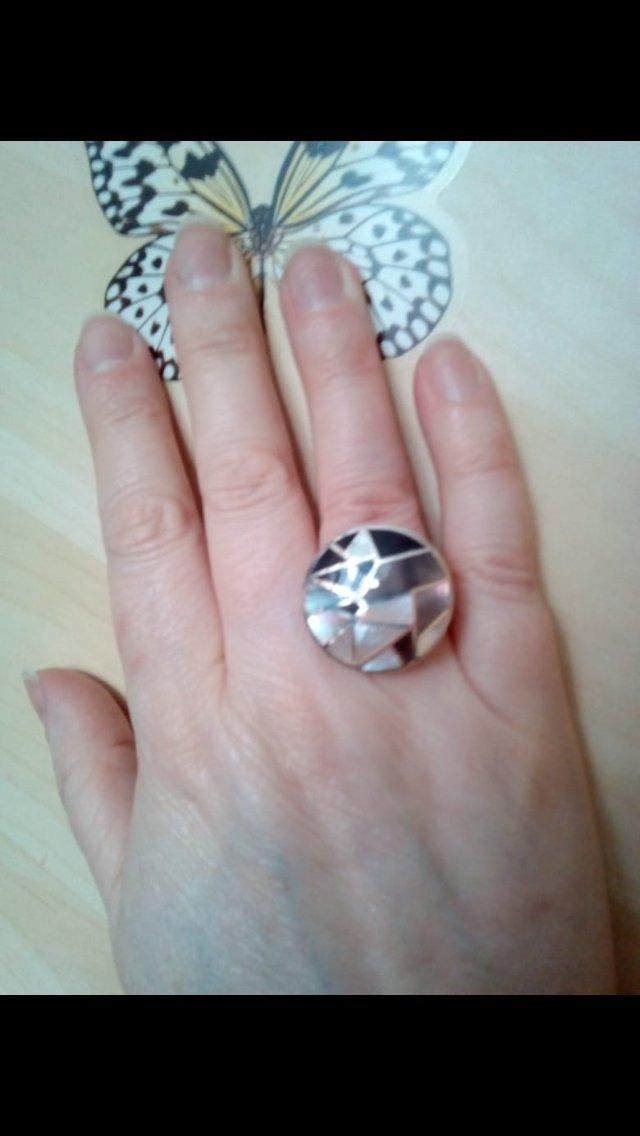 Крупный перстень с мозаикой из перламутра.
