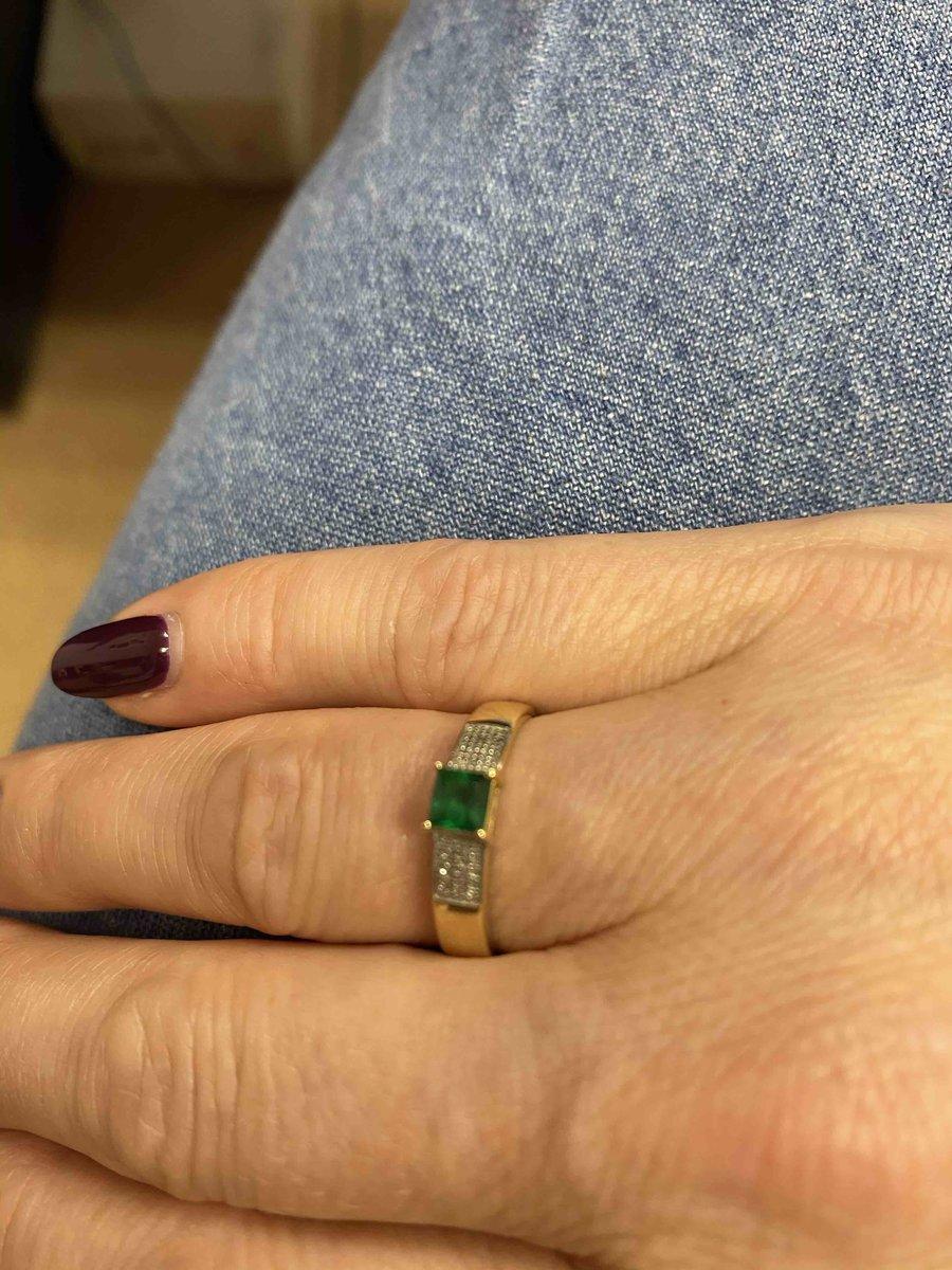Нежное кольцо с изумрудом