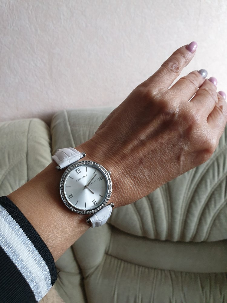 Часы на белом ремешке