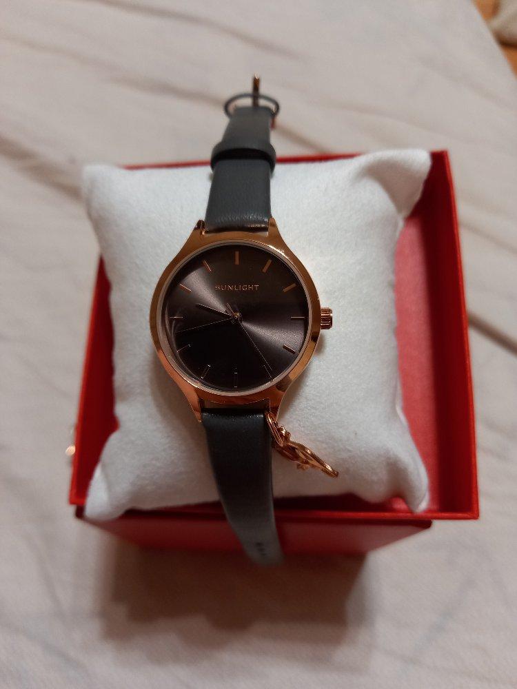 Женские часы (серые).