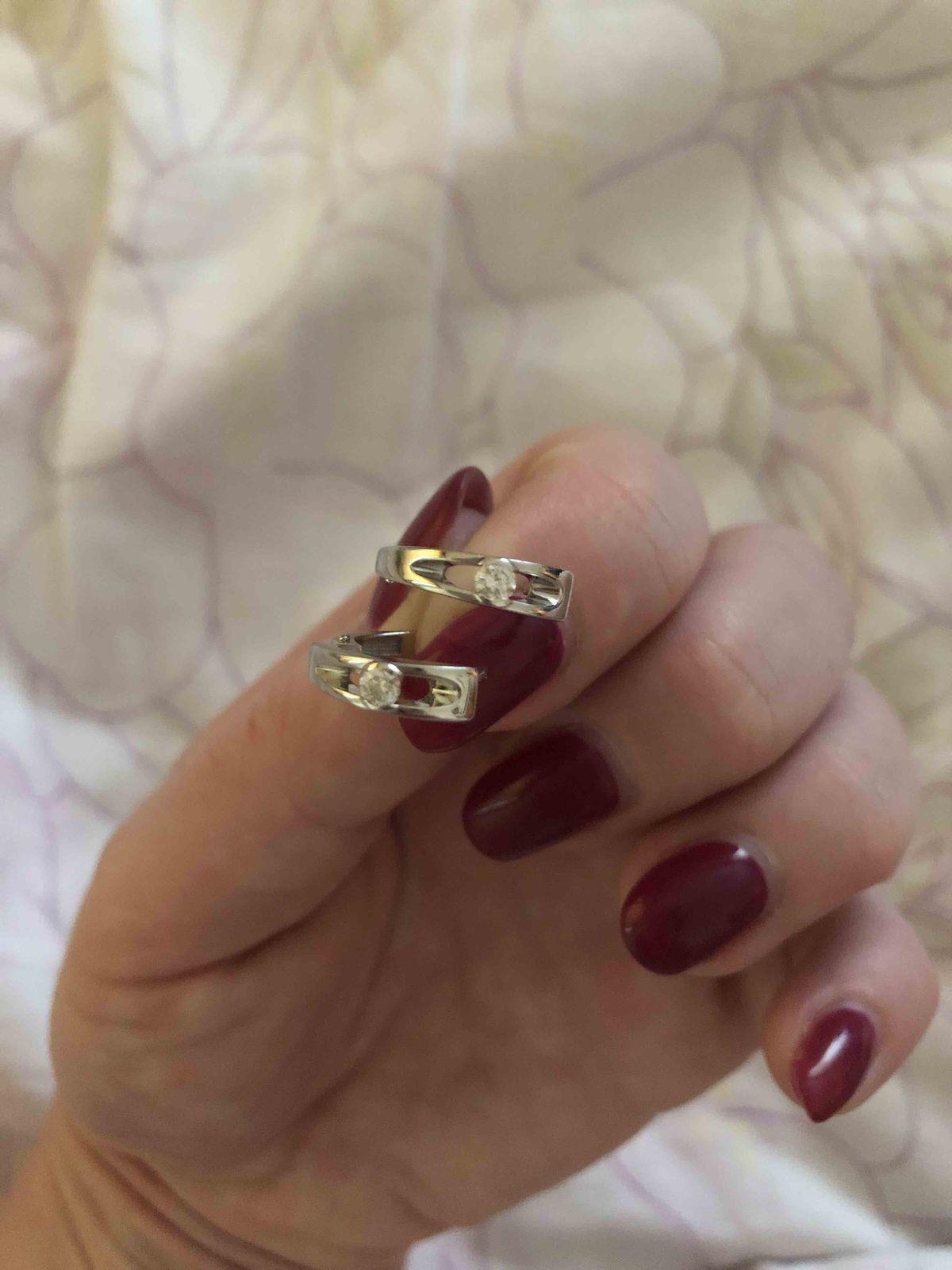 Золотые серьги с бриллиантом.