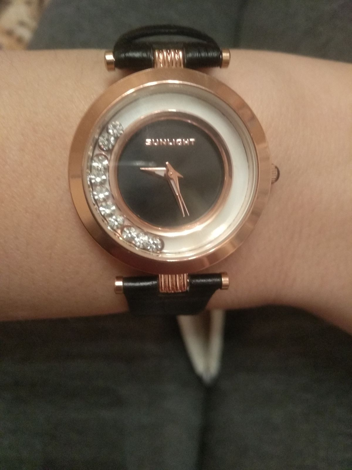 Часы с черным ремешком.