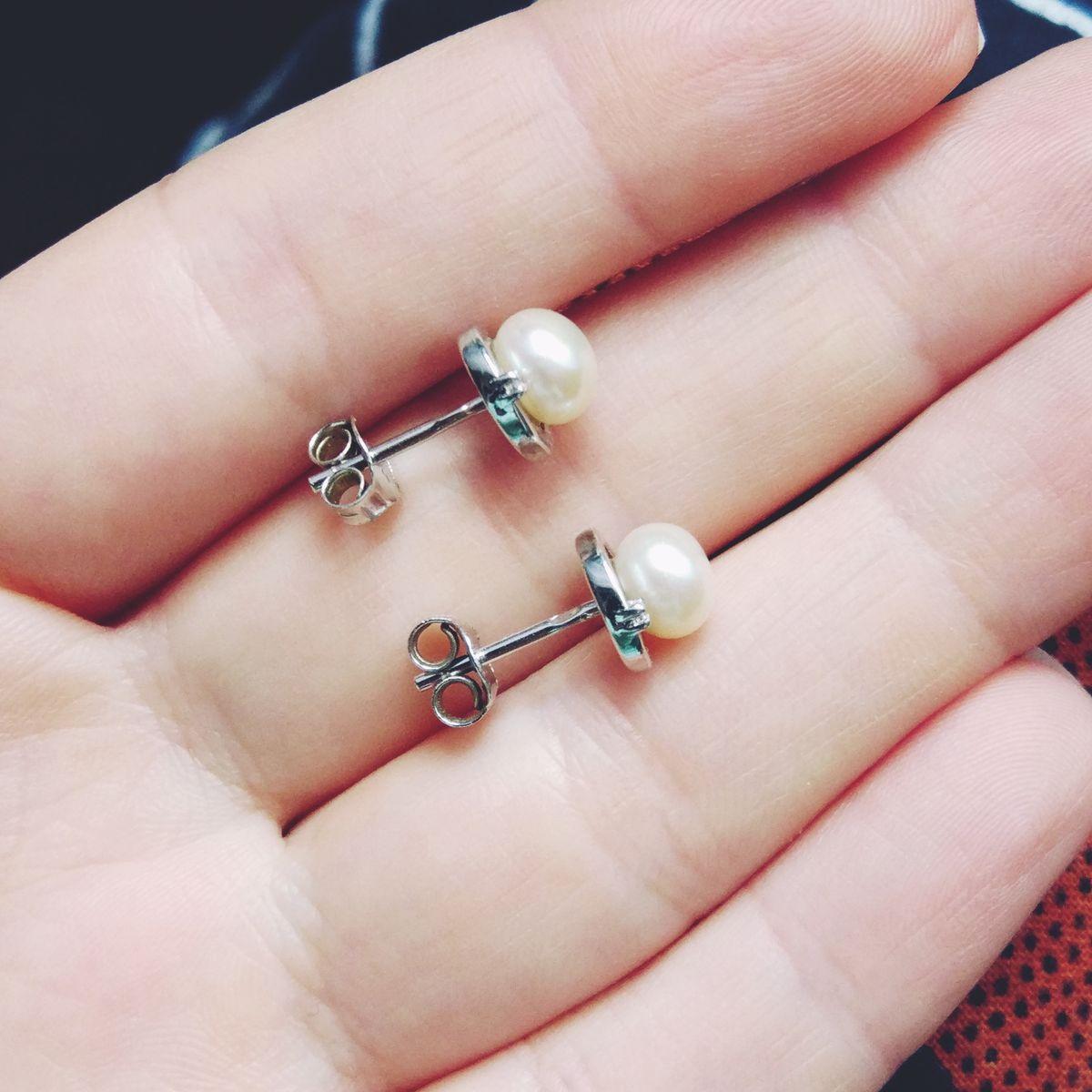Лаконичные серьги с жемчужиной и маленьким камушком💟