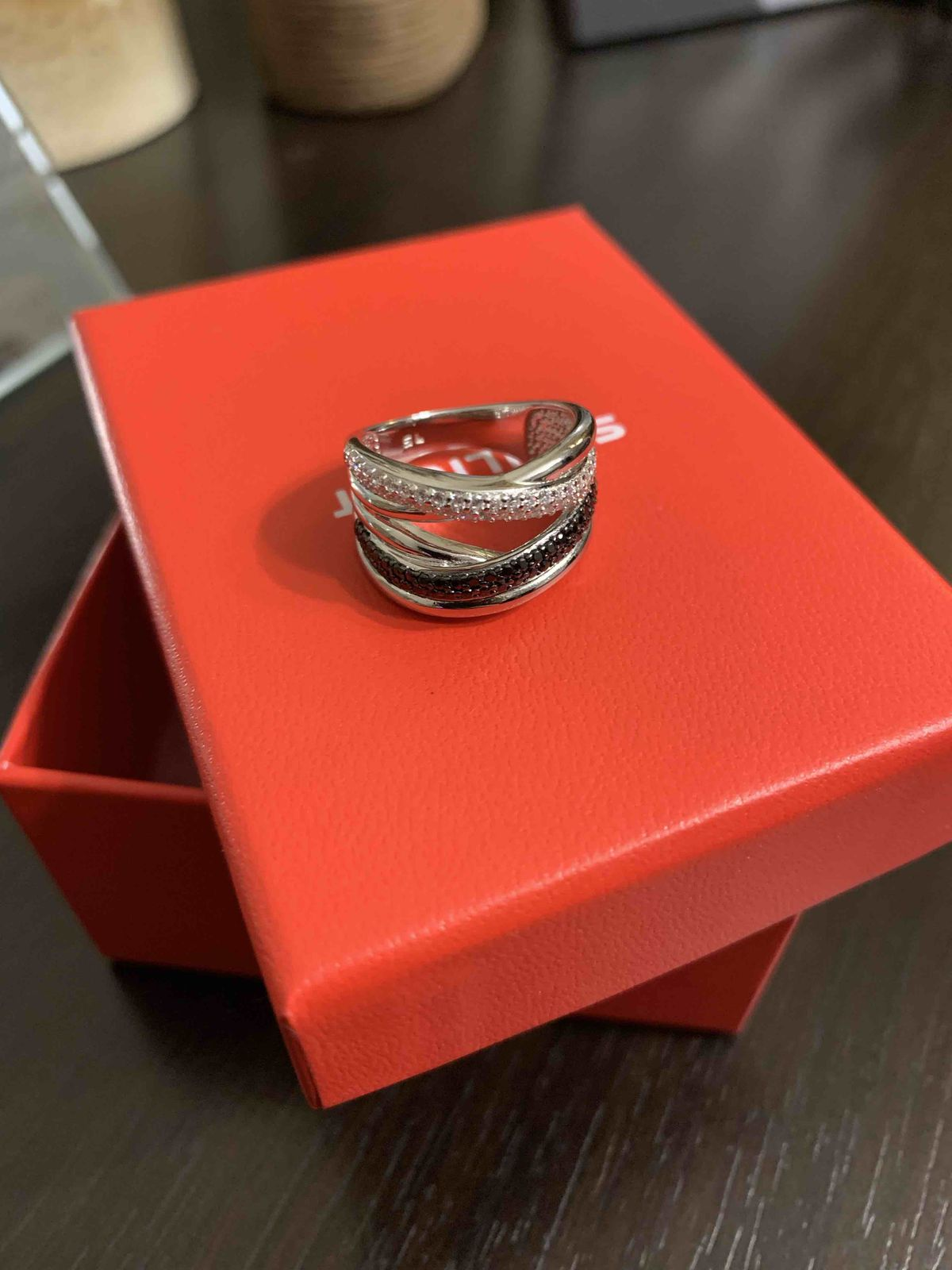 Серебряное кольцо с чёрными и белыми фианитами