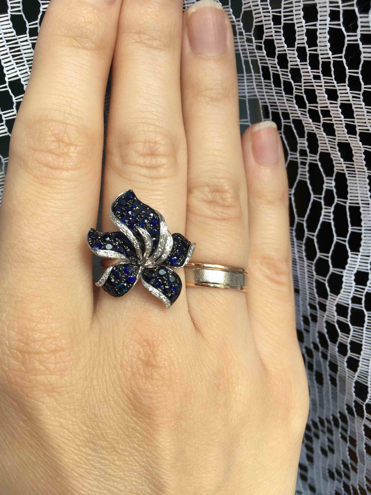 Красивый цветок на пальце