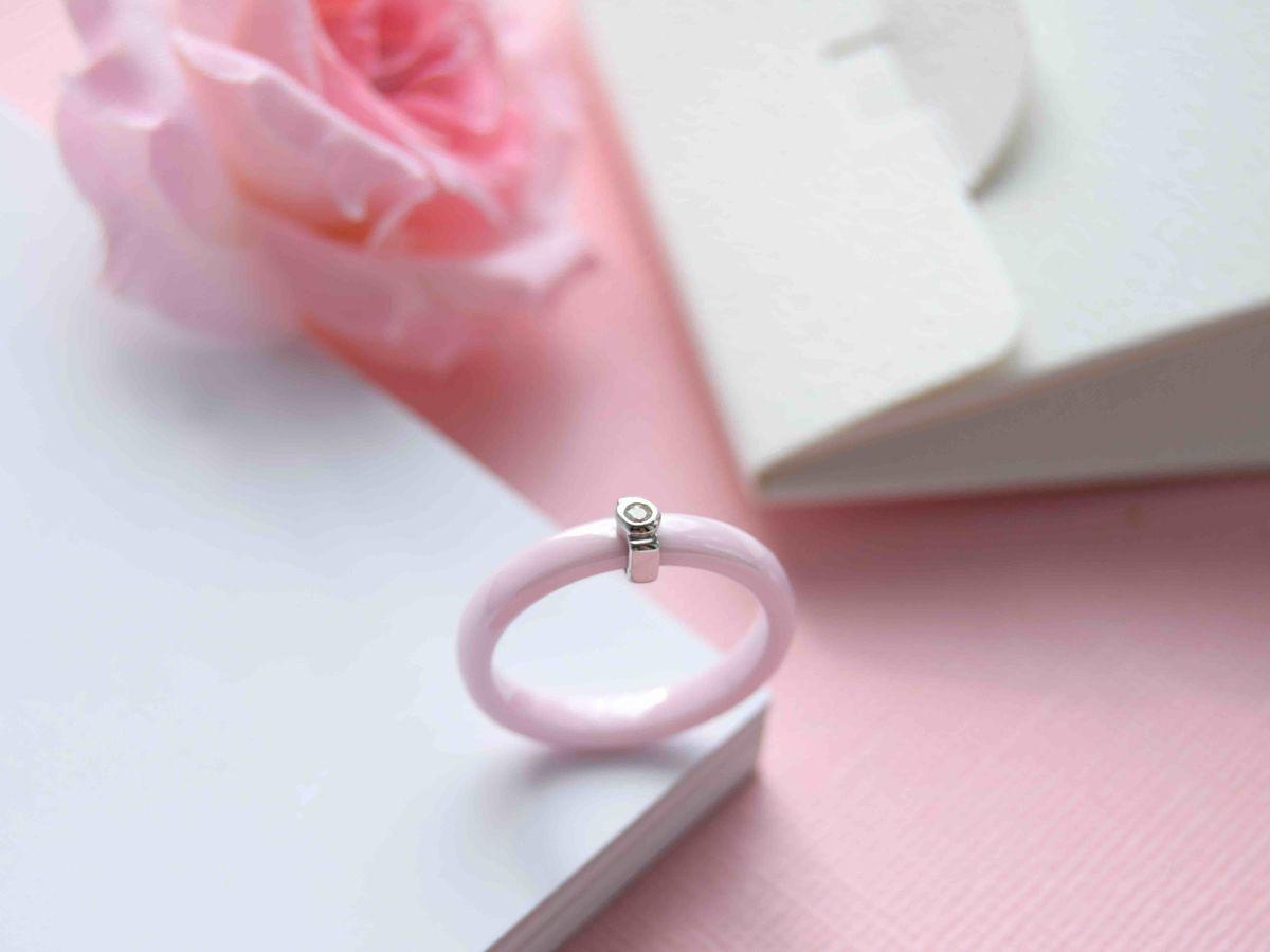 Розовое кольцо из керамики