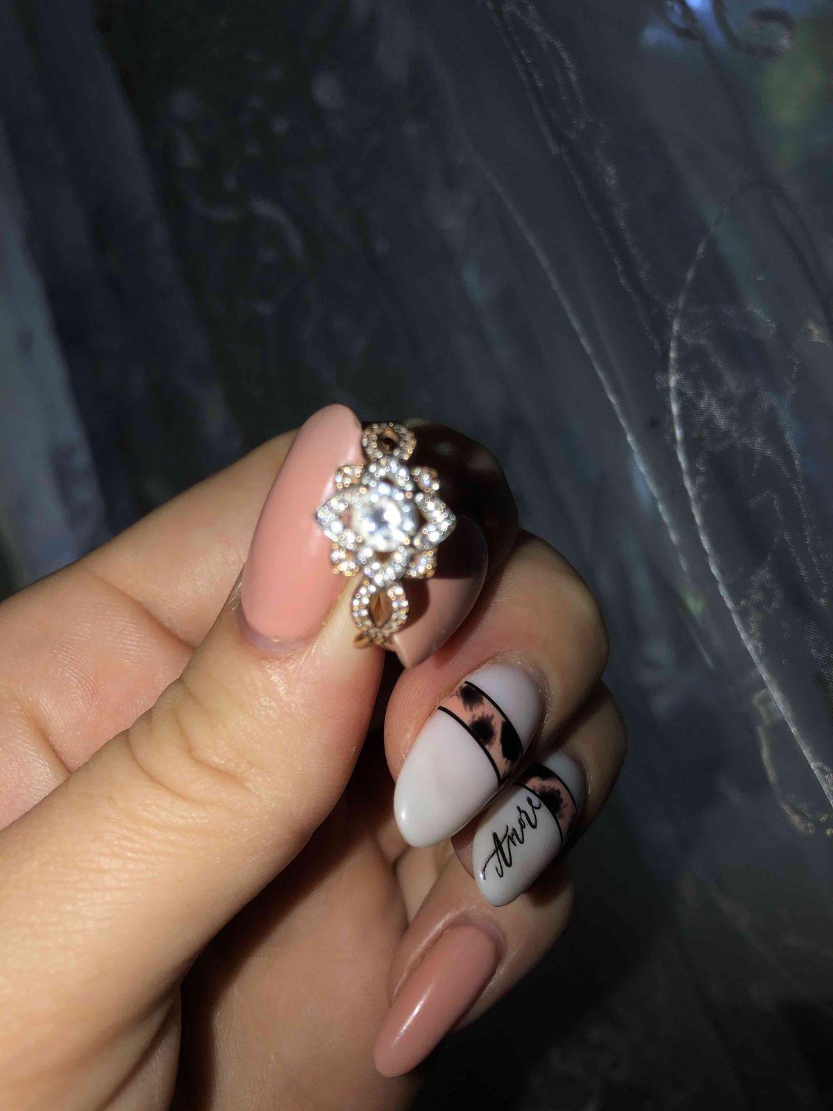 Очень красивое кольцо, изящно сидит на руке, камушки не повыпадали, золото