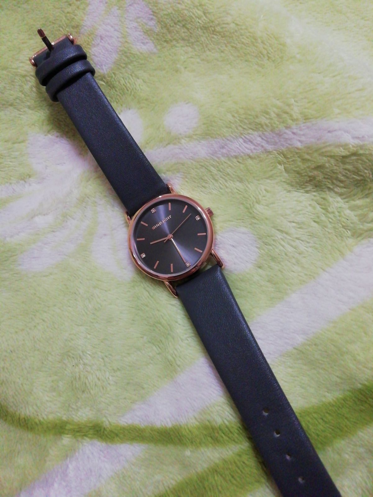Часы на кожаном ремешке