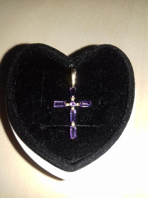 Золотой крестик с аметистами.