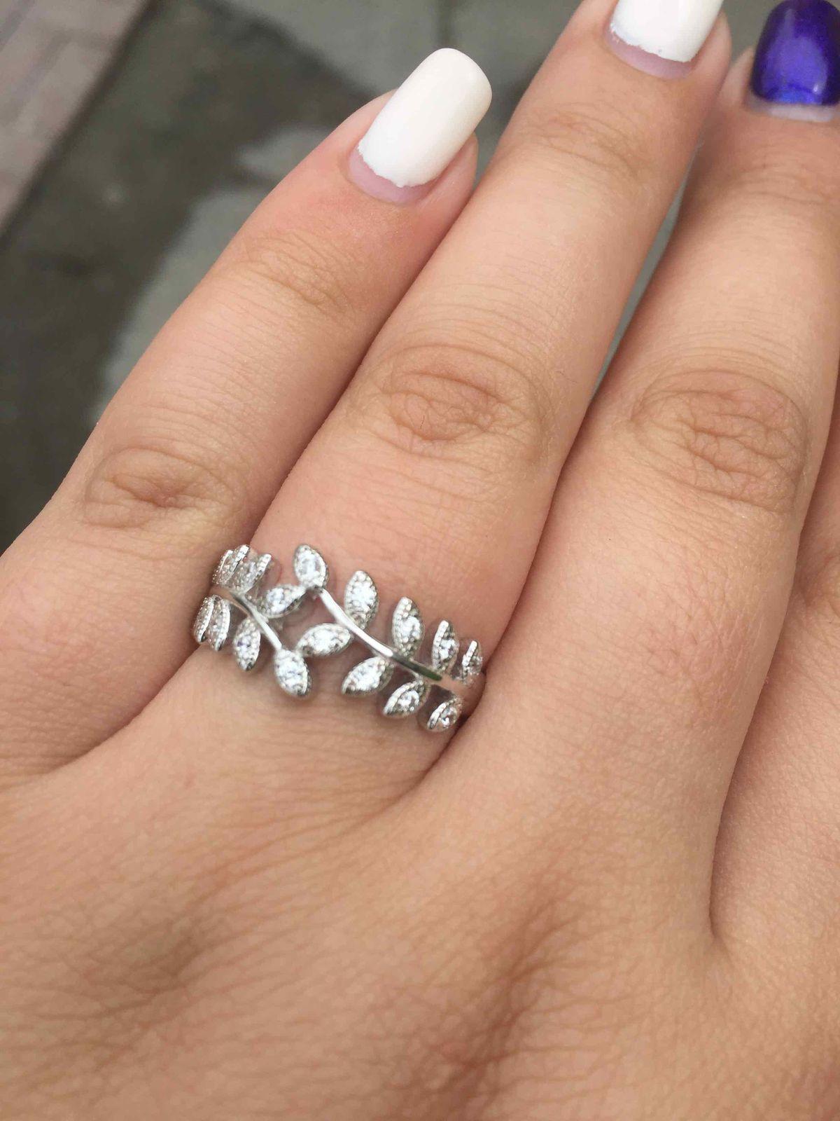 Красивое  серебряное   кольцо  с  фианитами