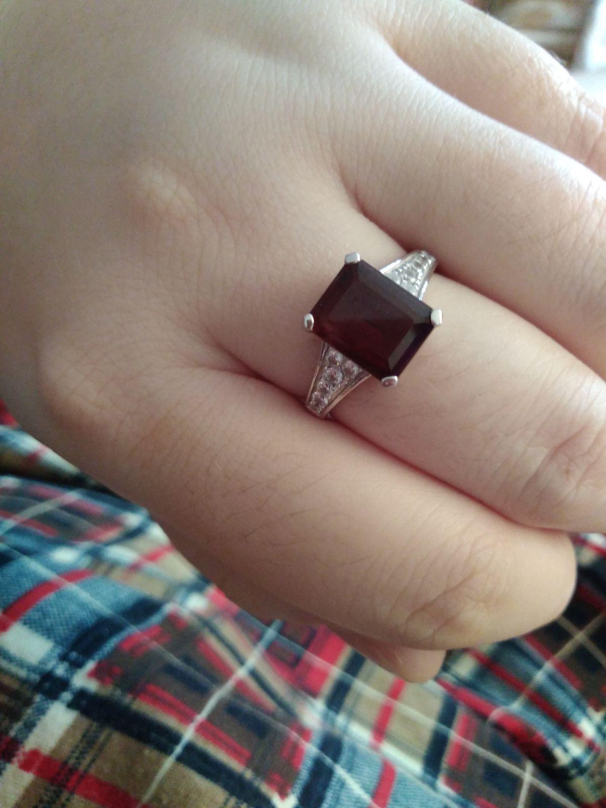 Кольцо с гранатом, очень понравилось! на пальчике смотрится очень изящно.