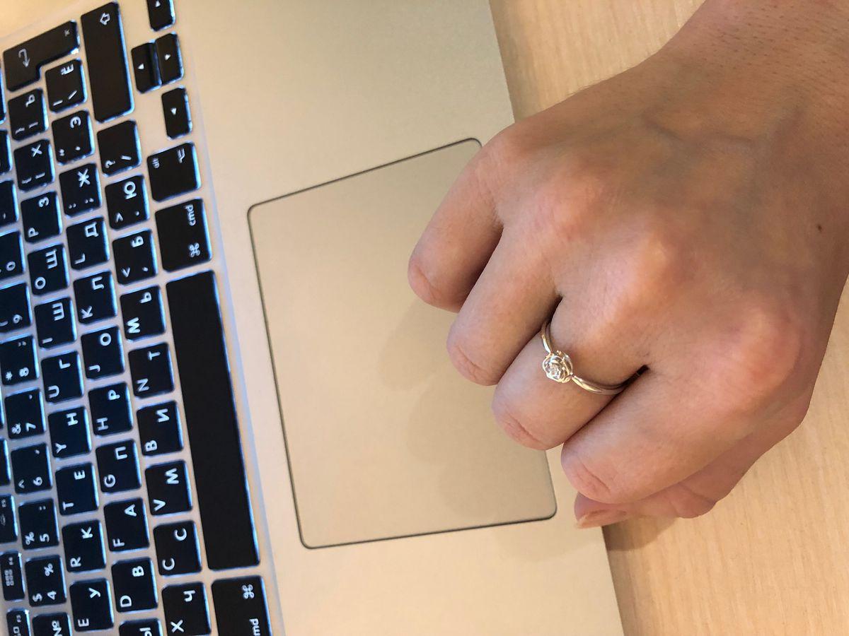 Кольцо из белого золота в виде розочки с бриллиантом внутри
