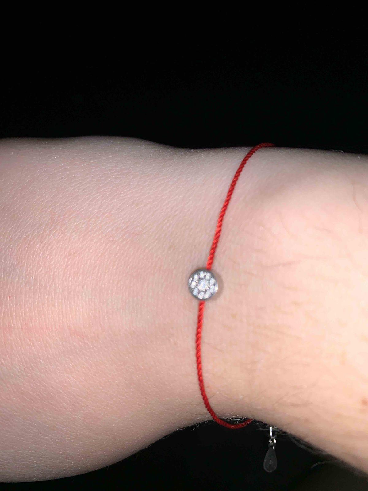 Очень симпатичный браслетик , ношу его уже больше, чем полгода и все ок!