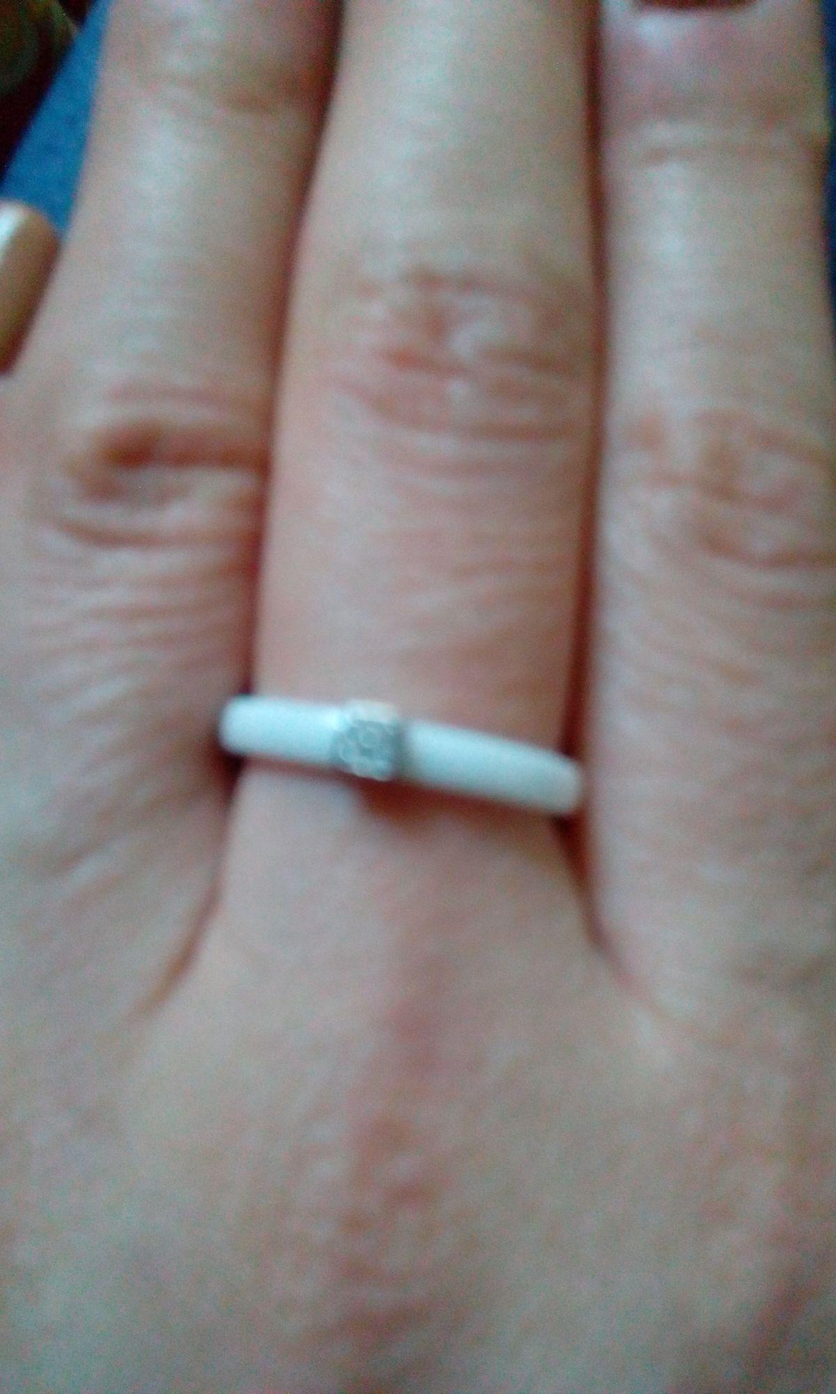 Керамическое кольцо с фианитами.