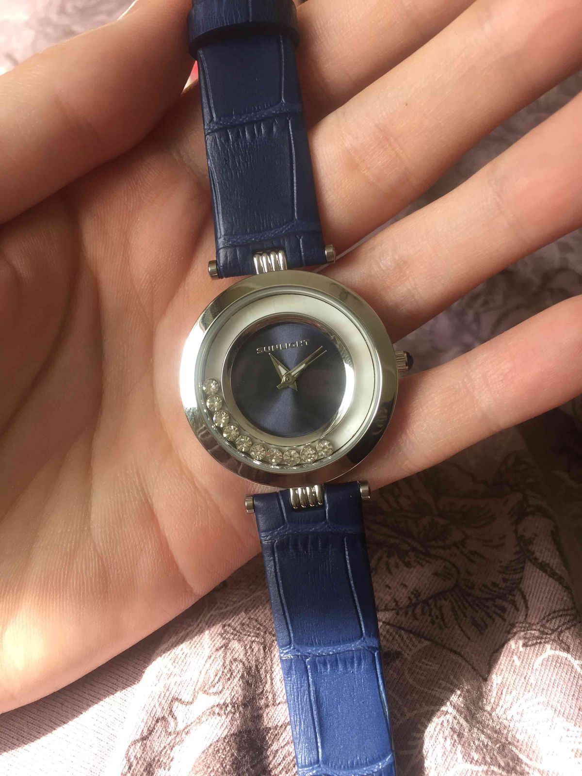 Часы с двигающимися кристаллами