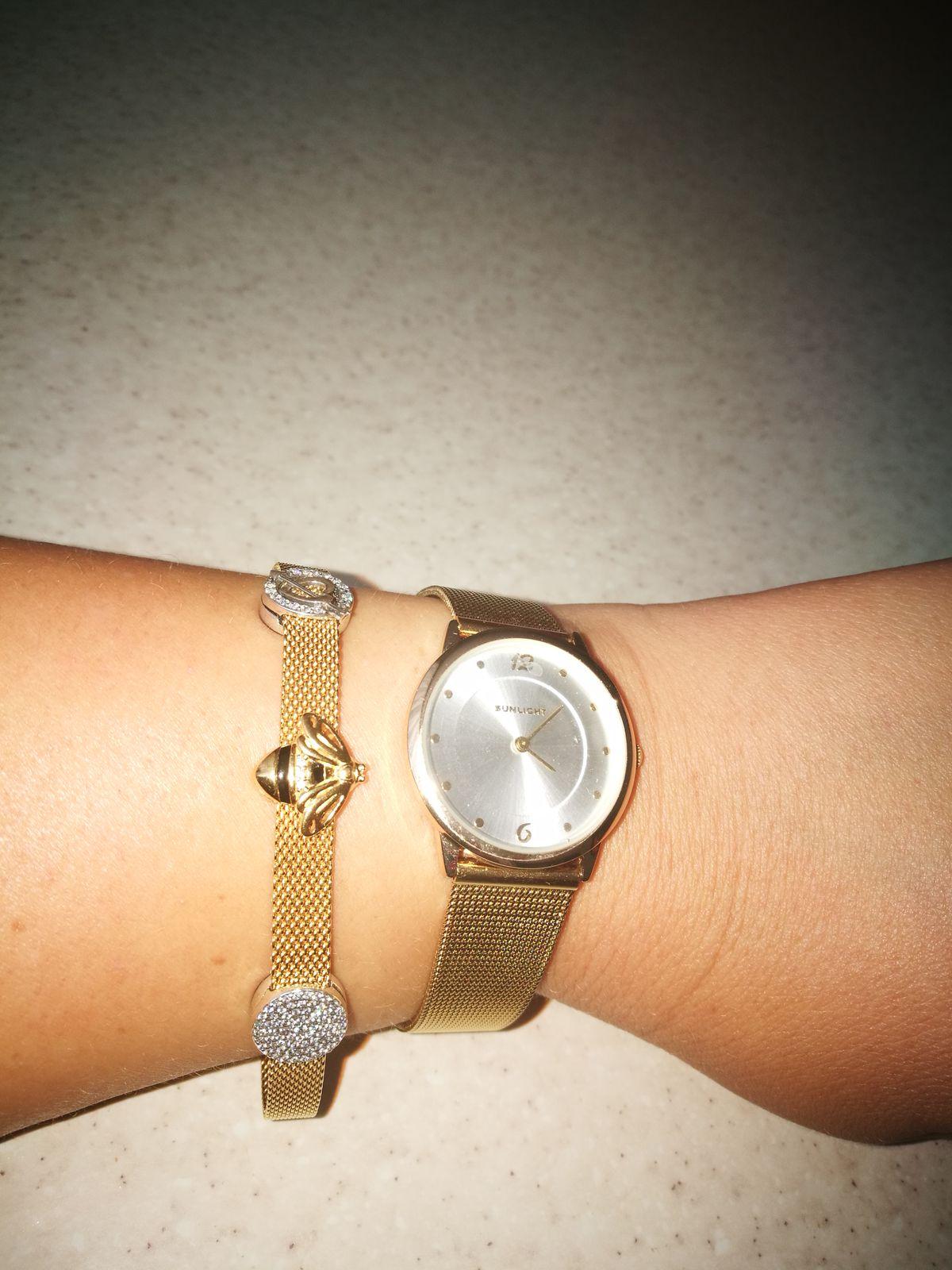 Часы со стильным браслетом.