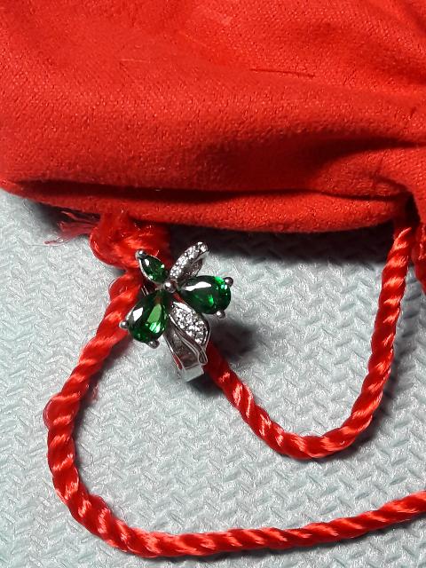 Сережки с зелеными камушками и фианитами