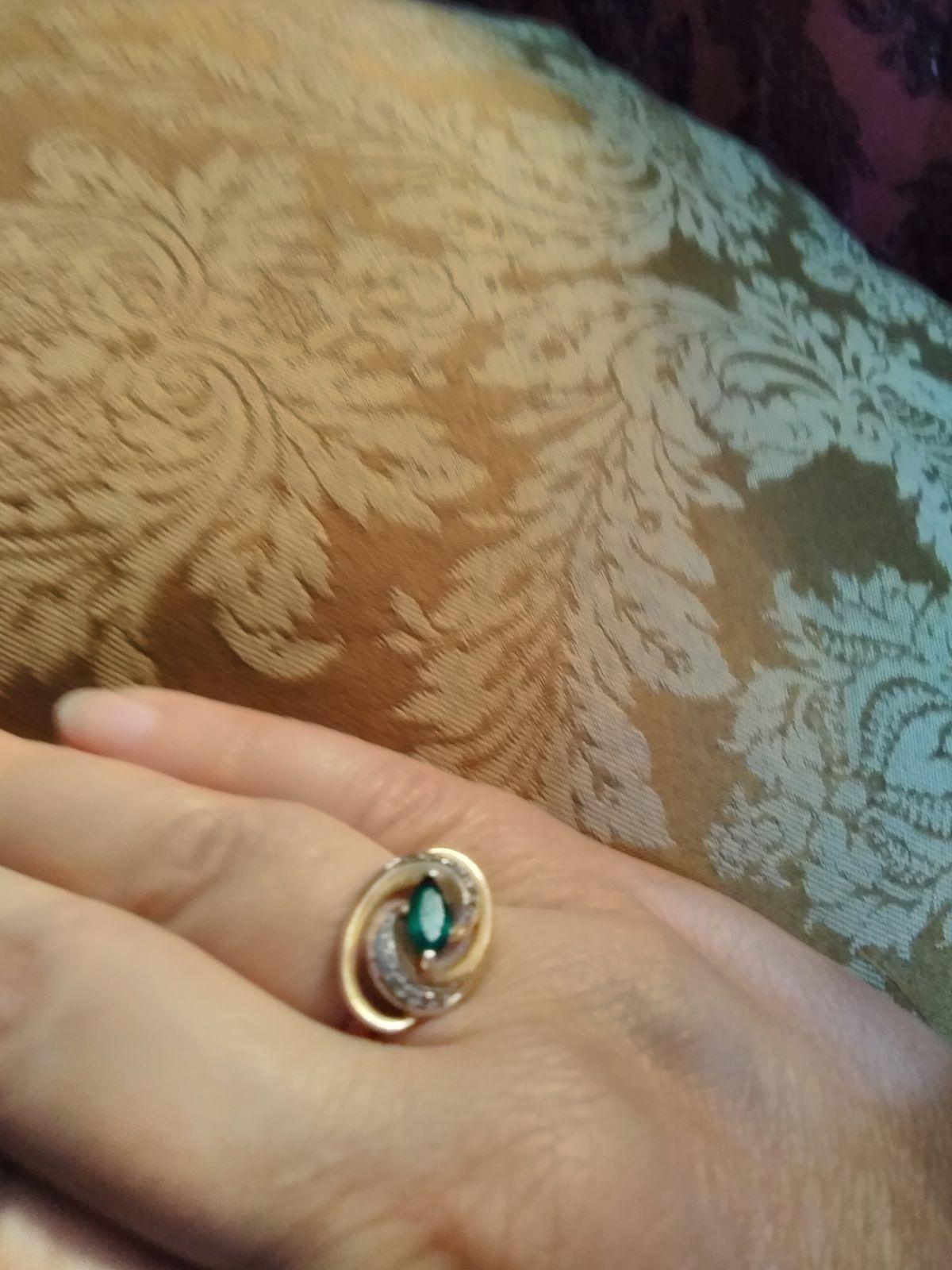 Кольцо с фианитами и изумрудом
