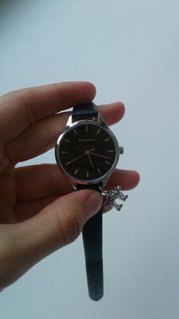 Черные часы уневирсальные.