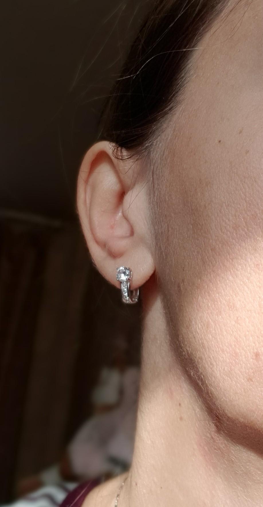 Симпатичные серьги с имитацией бриллиантов