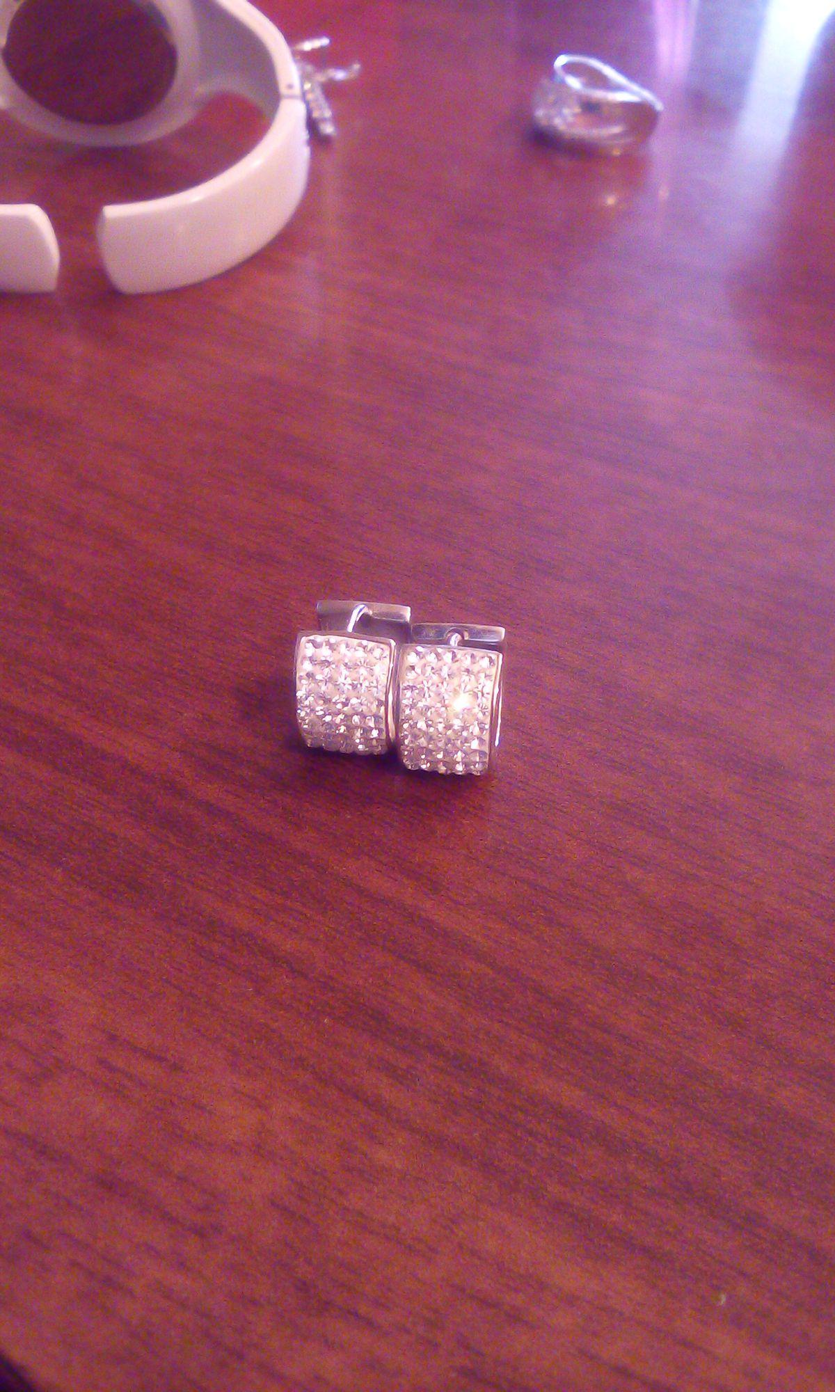 Маленькие кольца , сверкающие звёздами.