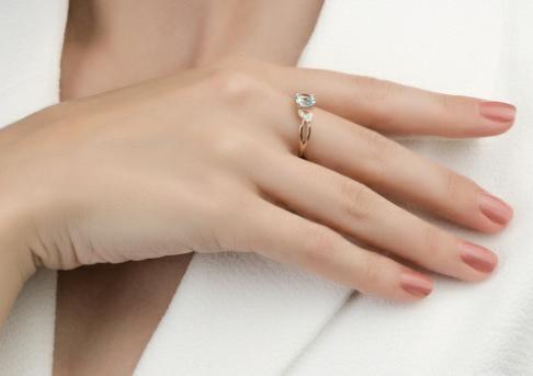 Золотое кольцо с топазам и фианитами