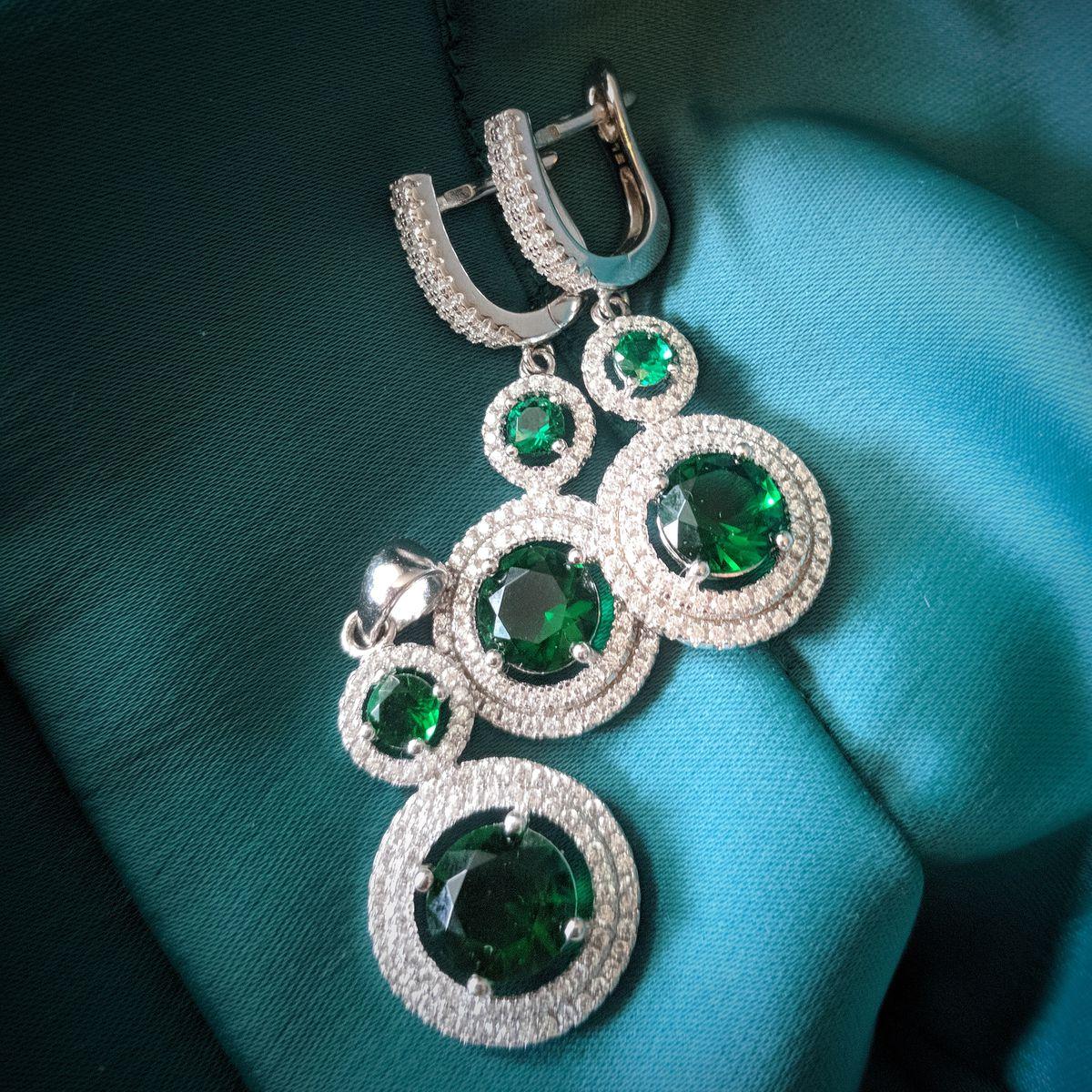 Серебряная подвеска с зелёными фианитами