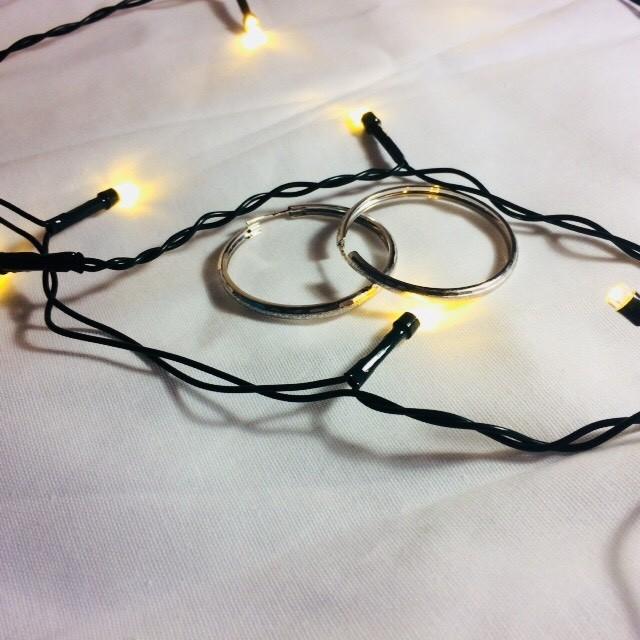 Серебряные серьги в форме широких колец.