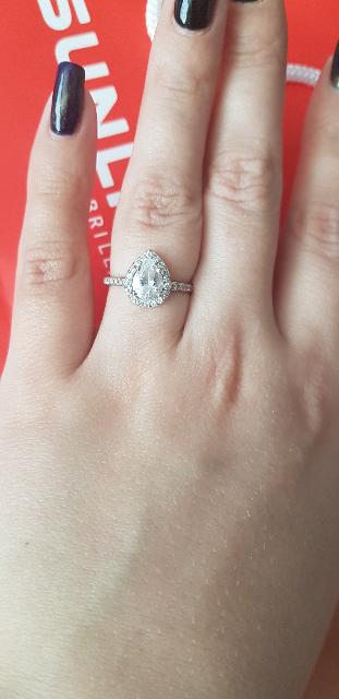 Кольцо с большим камнем.