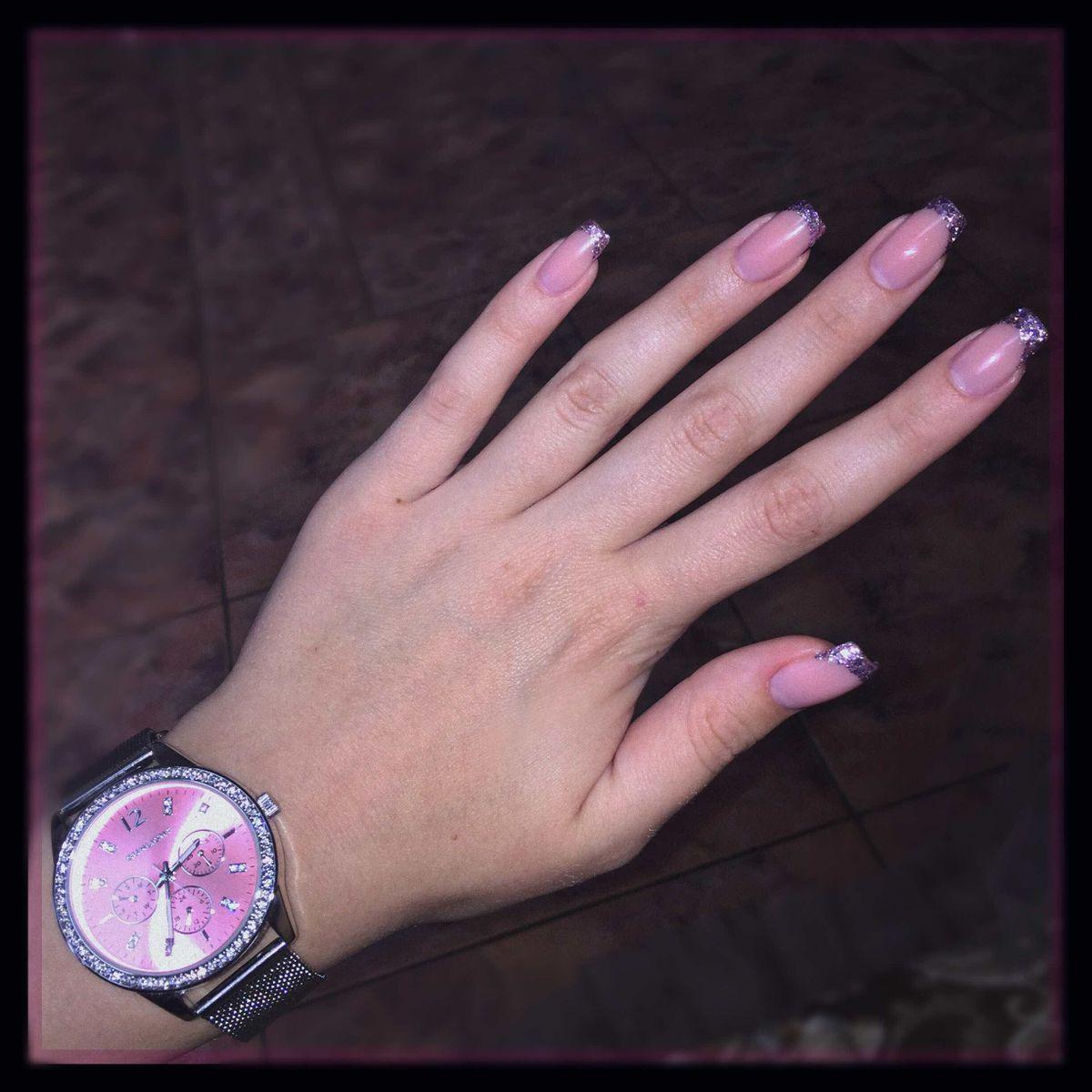 Женственные розовые часы.