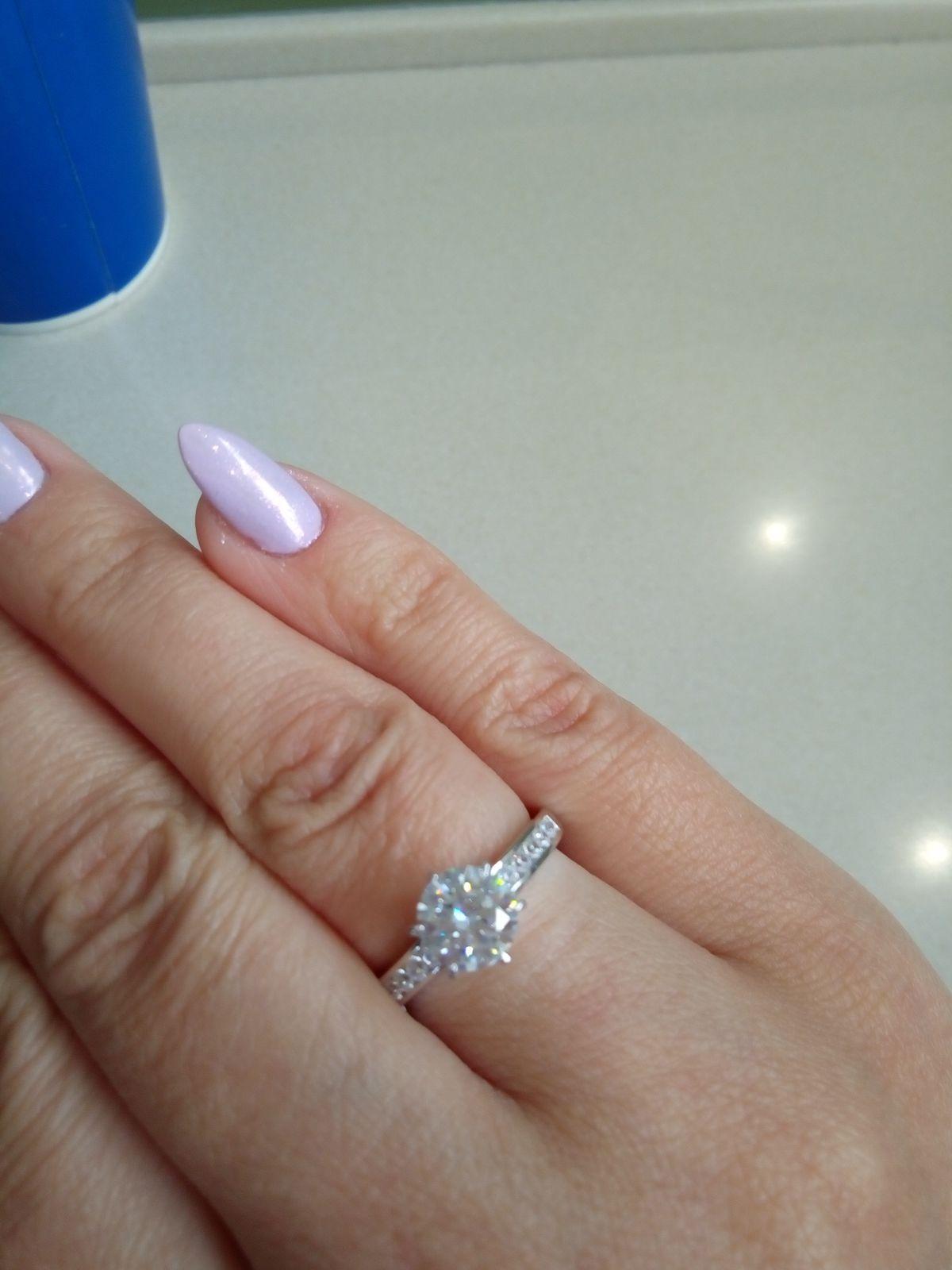Очень красивое кольцо,камни сверкают при любом свете.Очень довольна!