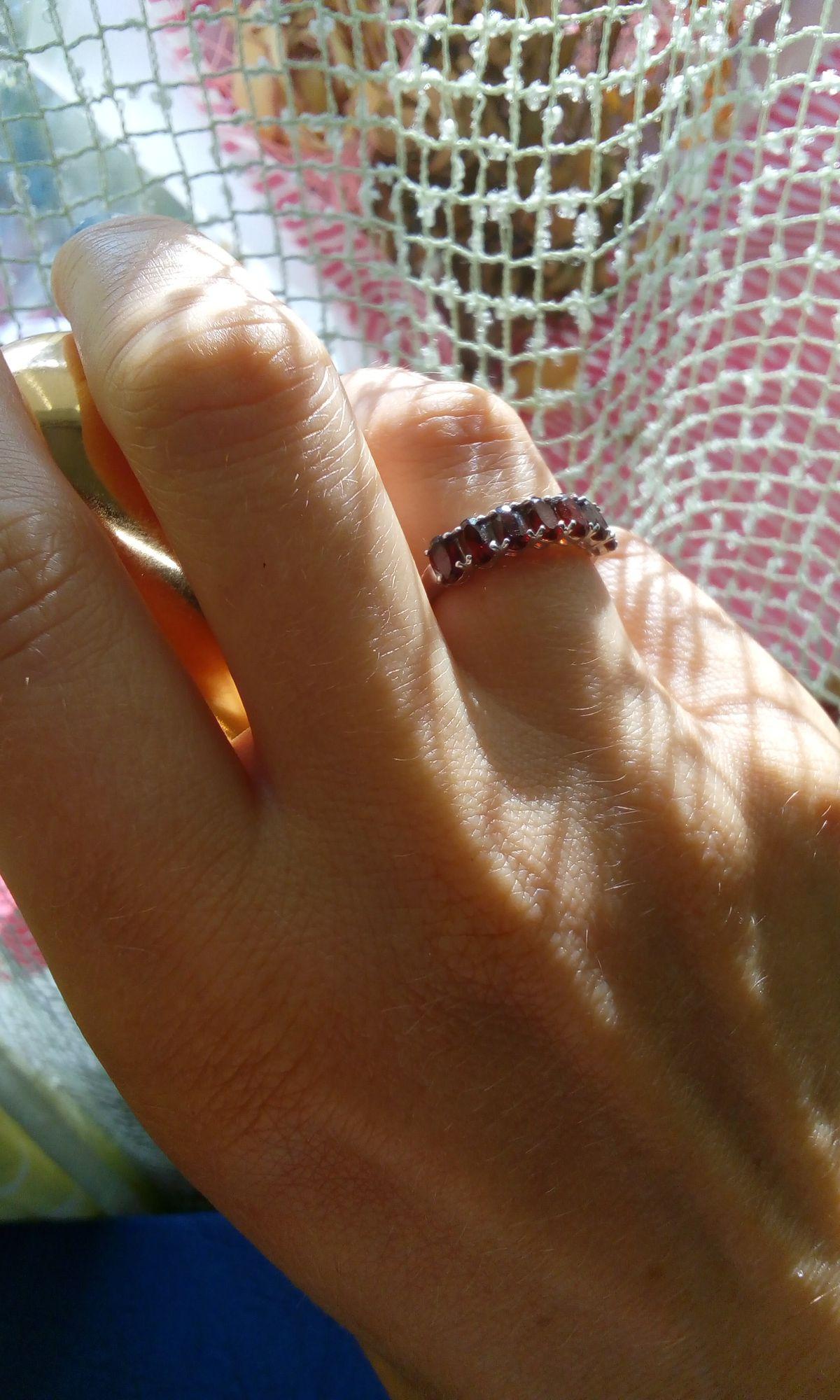Элегантное кольцо с гранатами