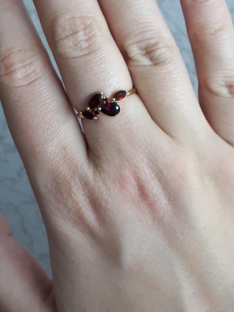 Очаровательное кольцо с гранатами