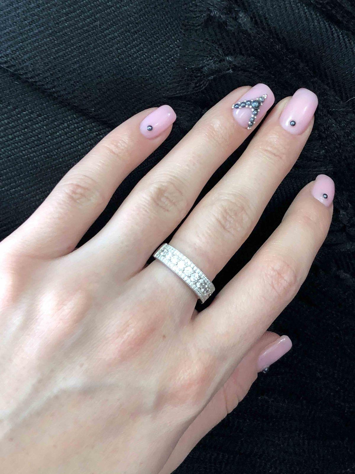 Кольцо хорошо смотрится на руке.