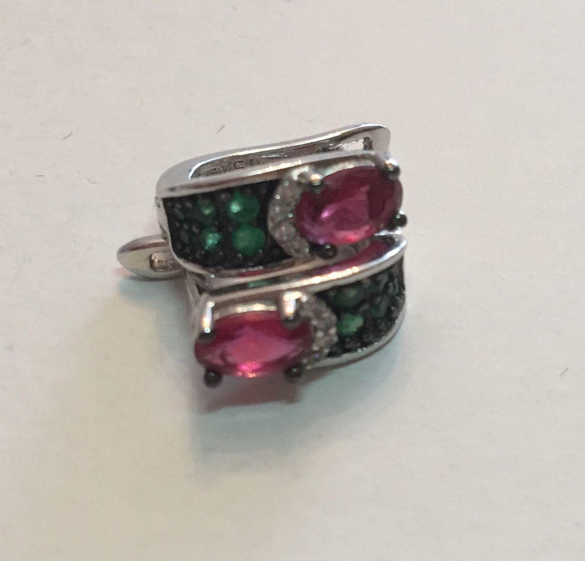 Кольцо с малиновым и зелеными и прозрачными фианитами