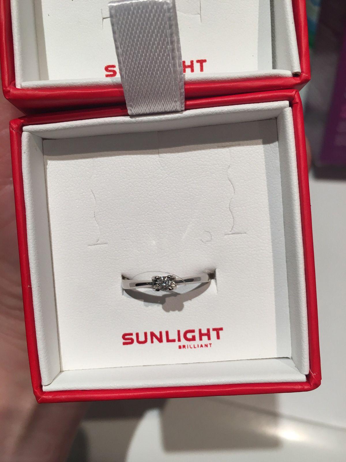 Красивое кольцо из белого золота с бриллиантом
