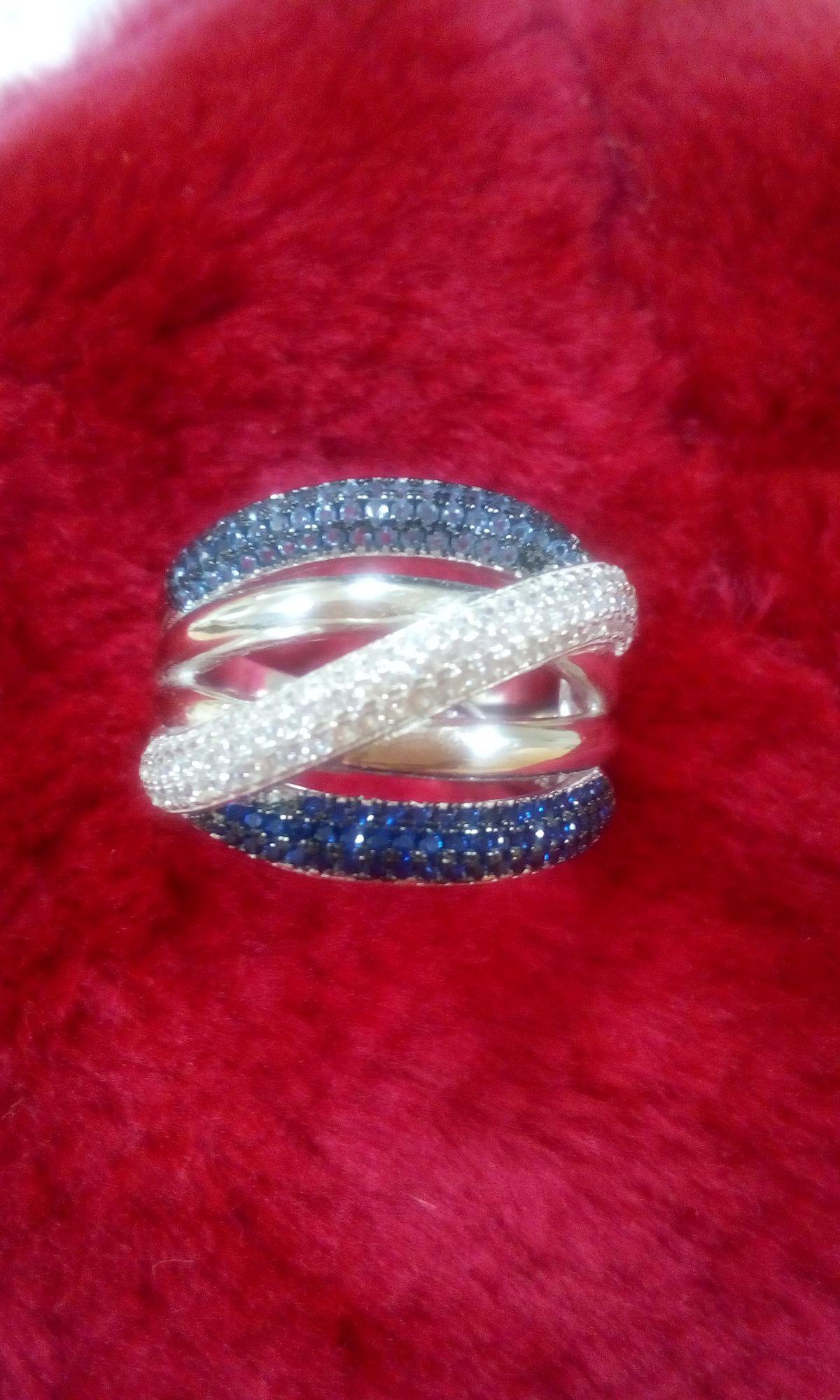 Кольцо серебряное с тремя дорожками из камней