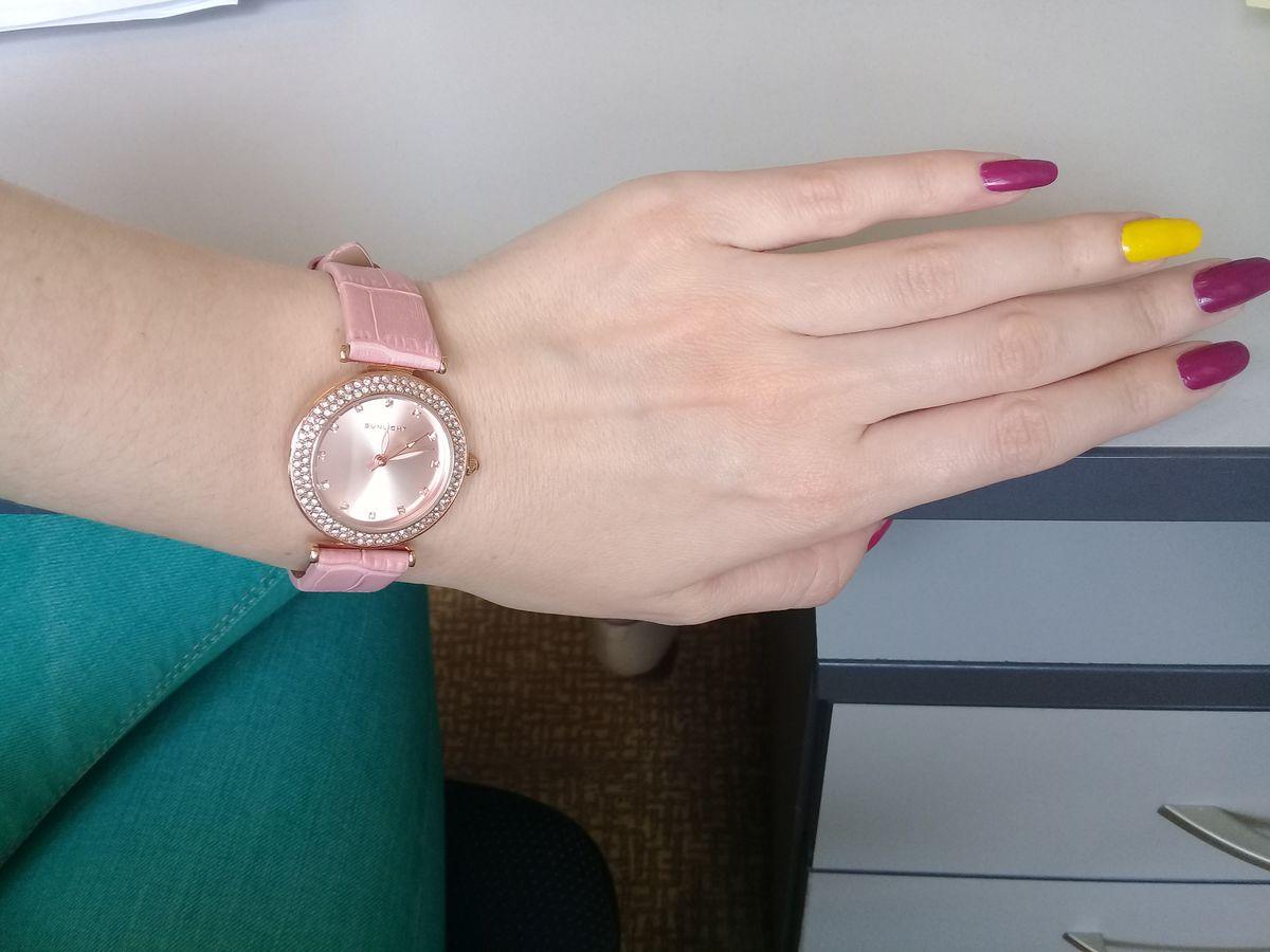 Красивые стильные часы.